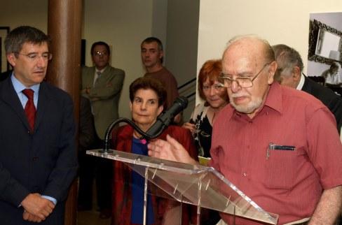 Pablo de la Varga, leyendo su discurso, en una fotografía de Vicente García.