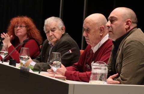 """Eloísa Otero, Antonio Gamoneda, Xosé Luís Méndez Ferrín y Víctor M. Díez, en la apertura del ciclo """"Nombrando el porvenir. Encrucijada de poetas"""" que se celebró en el MUSAC (León) en mayo de 2014. © Foto: Ramiro (Diario de León)."""