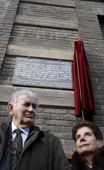 Gamoneda y su esposa, María Ángeles Lanza, bajo la placa en la casa de la calle Dr. Fleming (León). Foto: Jesús / Diario de León.