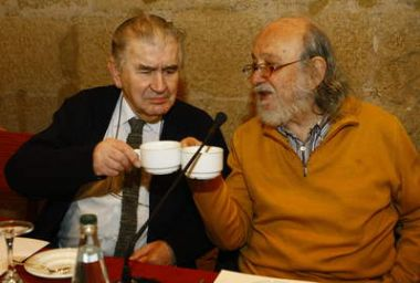 Antonio Gamoneda y Andrés Sorel, durante la sesión del Foro Quevedo desarrollado el martes, 20 de enero de 2009, en el Hostal de San Marcos (León). © Foto de RAMIRO-Diario de León.