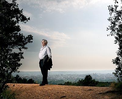 Antonio Gamoneda, a las afueras de León. © Fotografía: Chema Conesa / El Mundo.