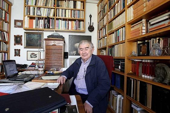 El escritor Antonio Gamoneda en el estudio de su casa en León. | © Fotografía: Miriam Chacón | ICAL