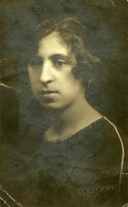 Amelia Lobón, madre del poeta, hacia 1918.