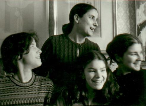 Mª Ángeles Lanza, esposa del poeta, con sus hijas Ana, Ángeles y Amelia (hacia 1978).