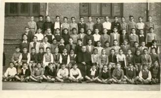 Foto escolar, hacia 1941 (el poeta, justo detrás del cura, a la izq., lleva jersey oscuro).