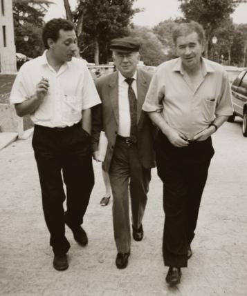 Gamoneda con Juan Carlos Mestre y Gonzalo Rojas.