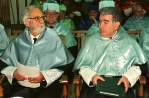 Honoris Causa por la Universidad de León, año 2000 (en la foto, con Antonio Pereira).