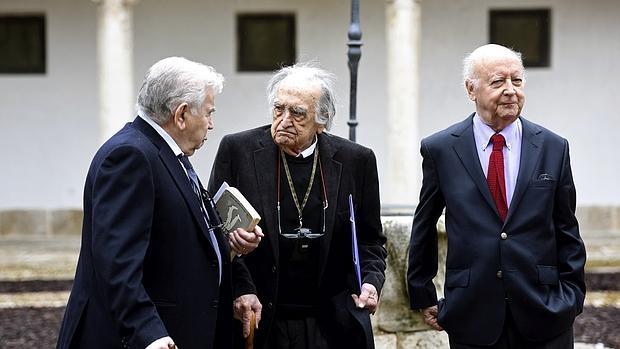 Los tres escritores en la Universidad de Alcalá, antes de su encuentro sobre Cervantes - EFE