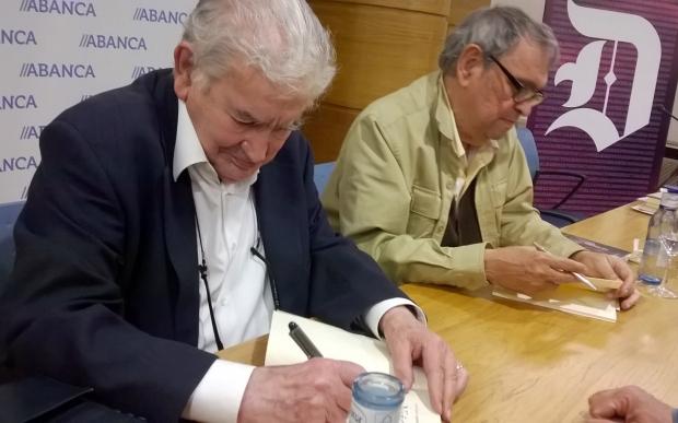 Gamoneda y Cadenas firmando libros tras su recital en León.