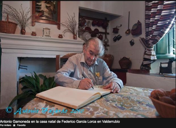 Gamoneda en la casa natal de Federico García Lorca en Valderrubio. Fotografía: Antonio Fajardo (2010).