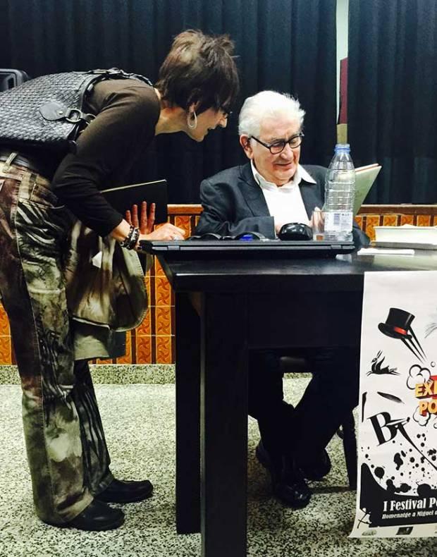 El poeta firma libros tras su recital en Valencia.