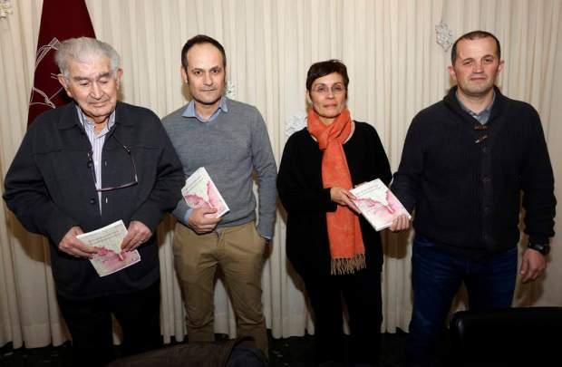 Antonio Gamoneda junto al editor, Héctor Escobar, la escritora Marifé Santiago y Miguel Ángel Estrada. Foto: MARCIANO PÉREZ / Diario de León.