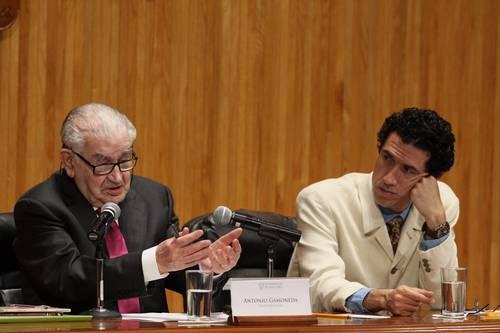 """Antonio Gamoneda en el paraninfo universitario, durante su conferencia """"Las funciones poéticas en la narrativa de Cortázar"""". Lo acompaña Luis Vicente de Aguinaga. Foto: Arturo Campos Cedillo."""