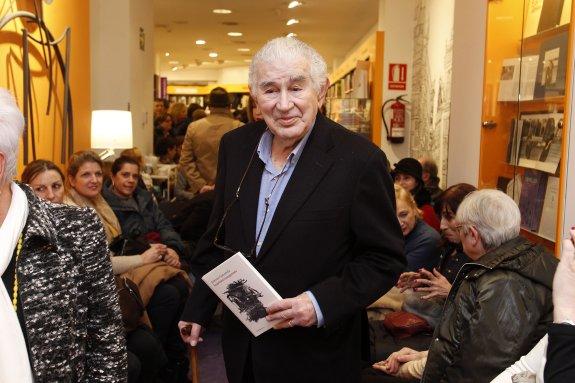 Gamoneda, con su libro, en la librería Cervantes. / Foto:  PABLO LORENZANA / El Comercio (haz un click para leer la noticia en el diario El Comercio).