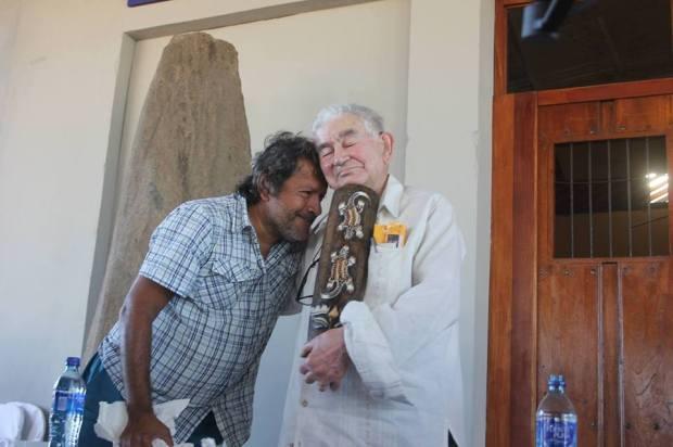 José María Zonta entregando a Antonio Gamoneda la máscara indígena maleku de Costa Rica.