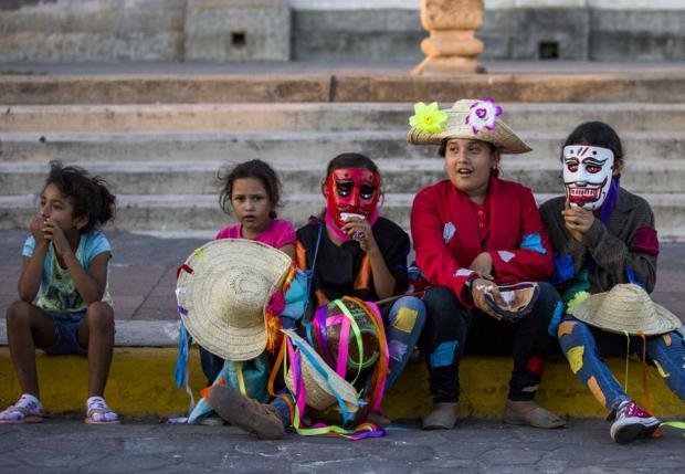 Niños disfrazados participan en el carnaval poético.