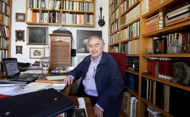 El escritor Antonio Gamoneda en el estudio de su casa en León. /MIRIAM CHACÓN